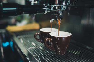 Besparen op koffie en servies